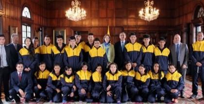 El Viceministro de Asuntos Multilaterales, Carlos Arturo Morales, recibió en el Palacio de San Carlos a los 20 jóvenes de Samaniego que viajan a Suiza, gracias a la iniciativa de Diplomacia Deportiva del Ministerio de Relaciones Exteriores. Foto: OP-Cancillería.