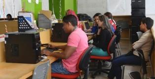 Estudiantes en la Biblioteca de España, una de múltiples bibliotecas públicas en los barrios más pobres de la periferia de Medellín. (Dupraz-Dobias Paula)